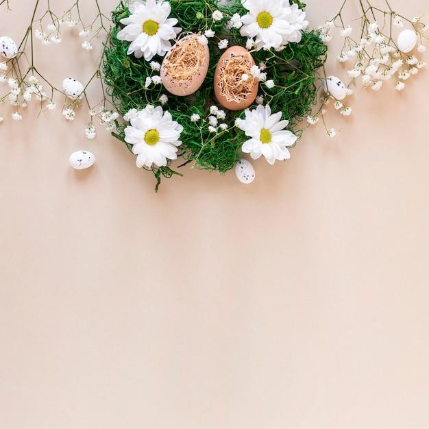 Cesta decorativa com flores e ovos