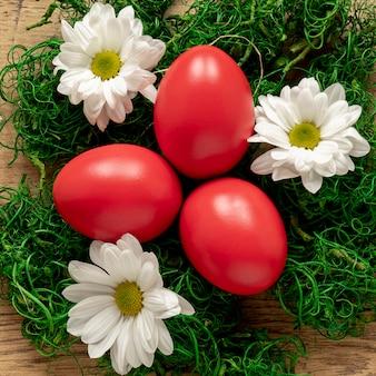 Cesta decorativa de close-up com ovos pintados