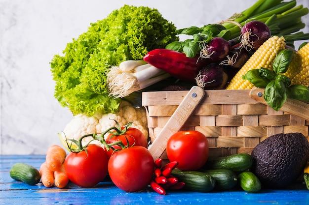 Cesta e vegetais maduros diferentes