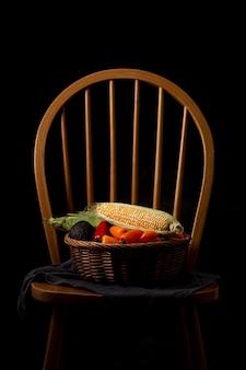 Cesta frontal com vegetais na cadeira