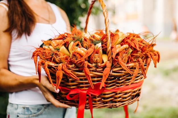 Cesta grande com lagostins vermelhos cozidos