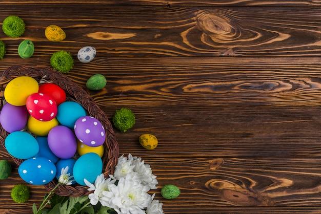 Cesta grande com ovos de páscoa na mesa