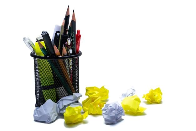 Cesta para canetas com pedaços de papel amassado