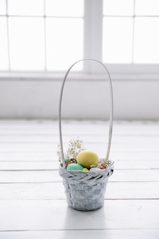 Cesta pequena com ovos de páscoa
