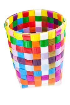 Cesta reciclada tecida em plástico colorido