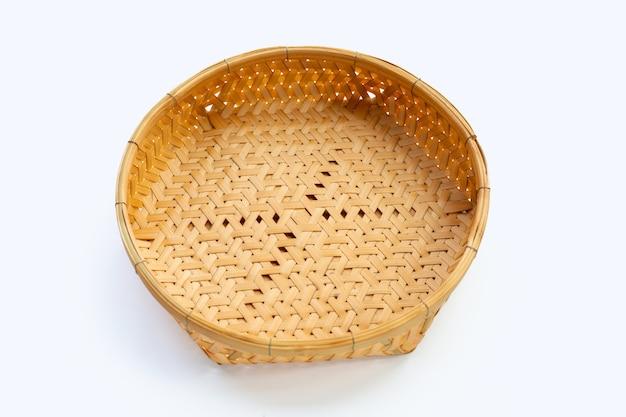 Cesta vazia de bambu de madeira em fundo branco.