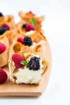Cestas caseiras de pastelaria filo com creme mascarpone e bagas