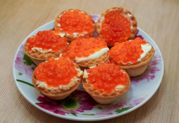 Cestas com caviar vermelho.