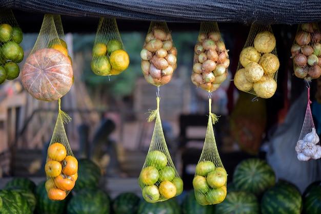 Cestas de frutas e legumes na banca do mercado de rua