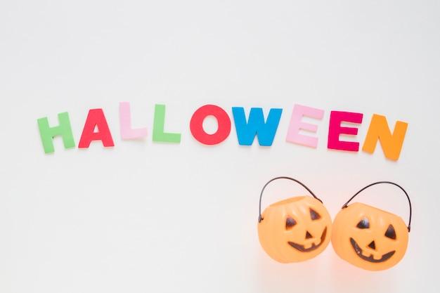 Cestas de jack-o-lanterna perto da escrita de halloween