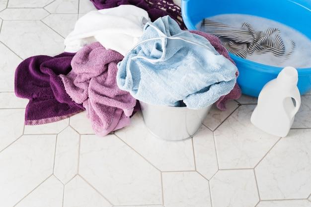 Cestas de lavanderia alta vista com detergente