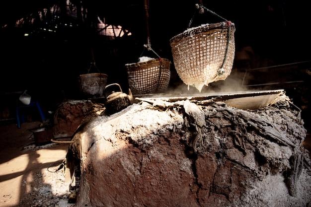 Cestas de sal em antigos fogões de terracota.