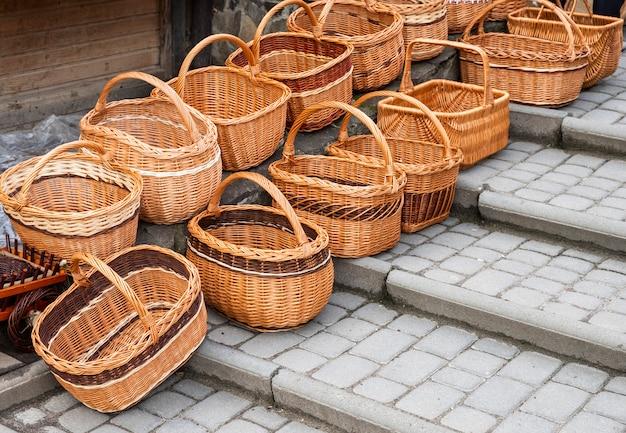 Cestas de vime na feira, artesanato folclórico