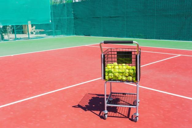 Cesto cheio de bolas quadra de tênis