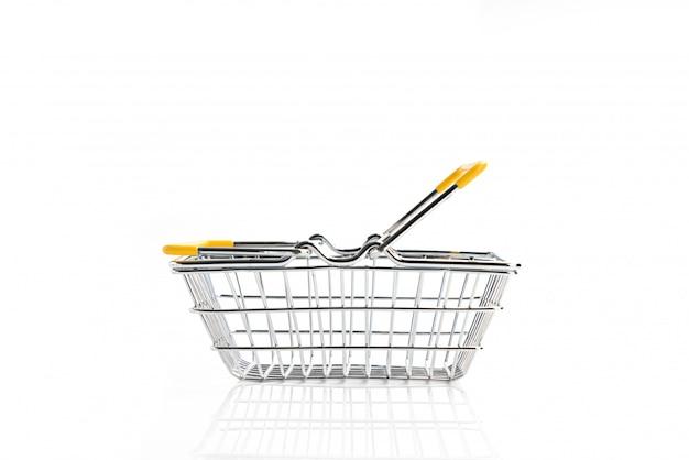 Cesto de compras isolado