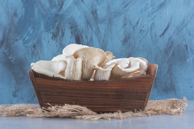 Cesto de madeira cheio de cogumelos ostra.