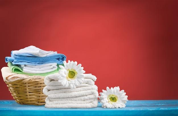 Cesto de roupa suja com toalhas