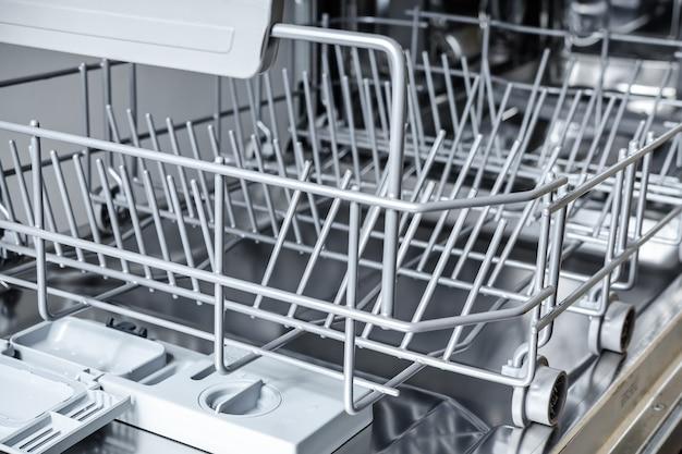 Cesto inferior vazio na máquina de lavar louça