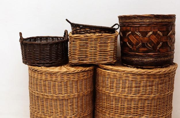 Cestos de palha de salgueiro artesanais com alça e tampa para armazenamento doméstico