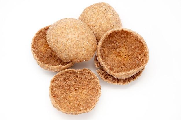 Cestos recém-assados de massa filo em um branco a base para a sobremesa.