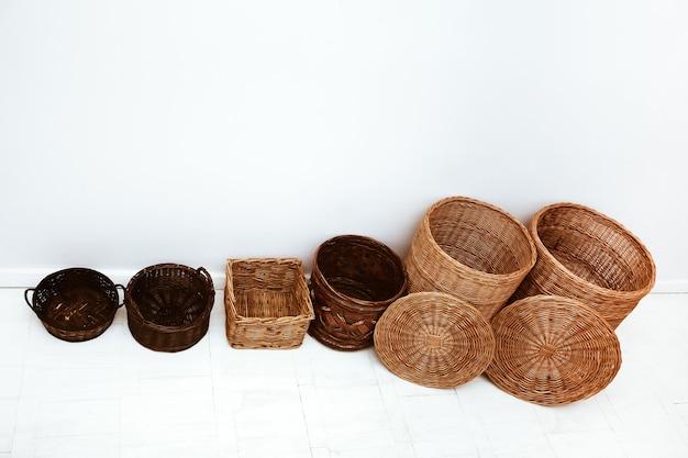Cestos vazios de palha de vime natural feitos à mão em fila para armazenamento doméstico