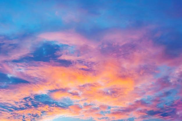 Céu abstrato com nuvem e cor do pôr do sol ou nascer do sol