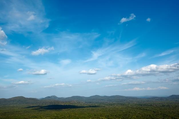 Céu acima de pequenas montanhas
