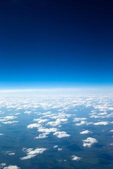 Céu aéreo e belas nuvens de fundo