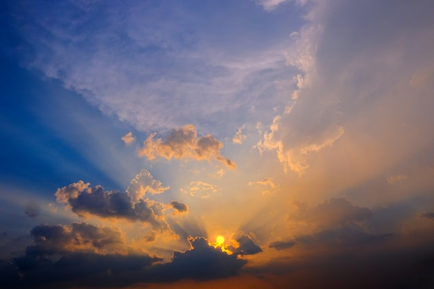 Céu alaranjado bonito do por do sol das cores alaranjadas e azuis do por do sol dramático épico para o fundo.