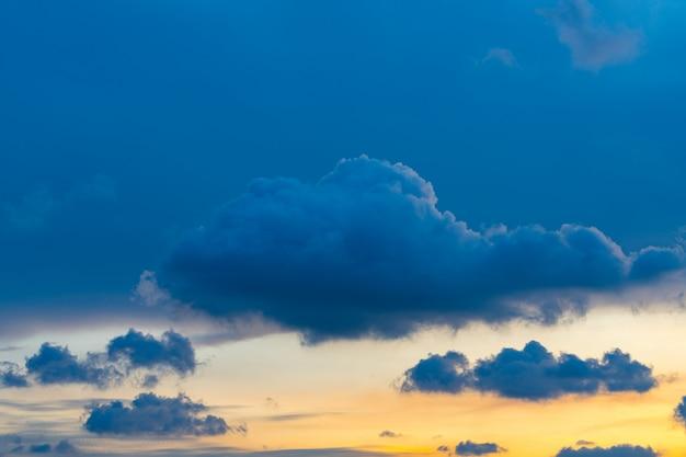 Céu alaranjado do sol atrás das nuvens