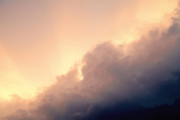 Céu antes da tempestade, as nuvens de tempestade e o pôr do sol. céu vintage.