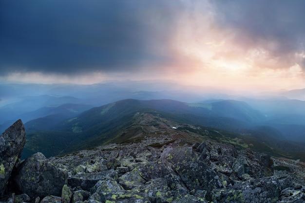 Céu antes da tempestade nas montanhas