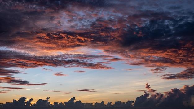 Céu ao nascer do sol, as nuvens e o céu