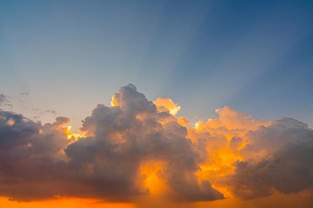 Céu ao pôr do sol com os raios do feixe de luz,