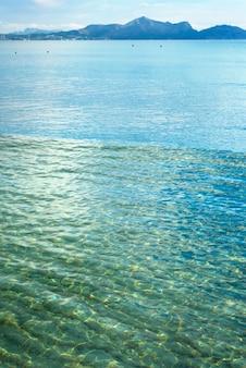 Céu azul acima de um mar azul e uma ilha