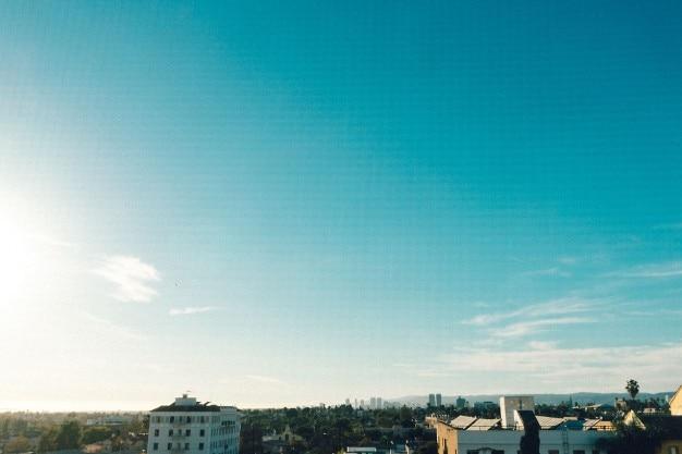 Céu azul acima dos telhados