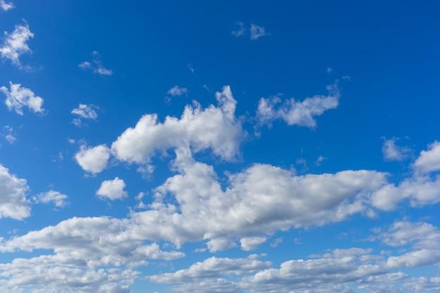 Céu azul alto com nuvens de penas leves.