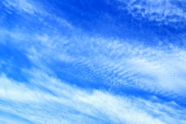 Céu azul brilhante com nuvens fáceis e fofas