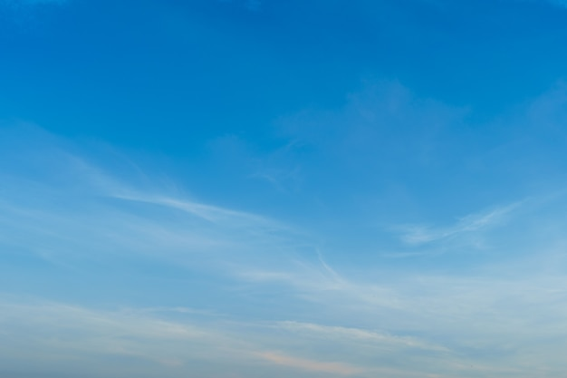 Céu azul brilhante dramático do sol no campo ou textura colorida do cloudscape da praia com nuvens brancas fundo do ar.