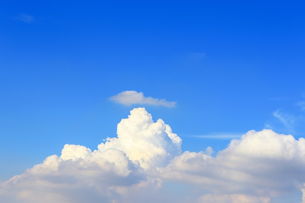 Céu azul brilhante e nuvens a beleza da natureza no verão