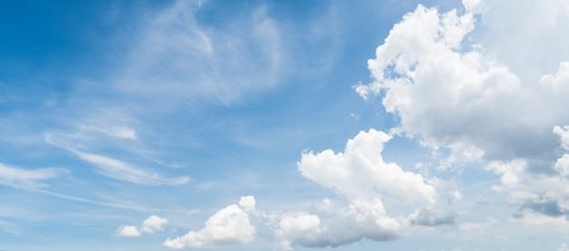 Céu azul claro com fundo branco da nuvem pela manhã.
