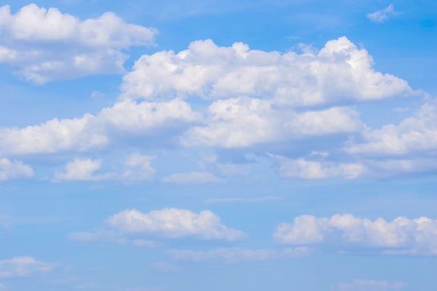 Céu azul claro com nuvem branca simples