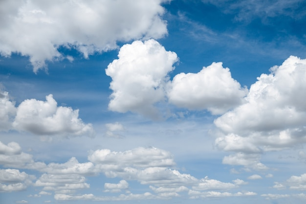 Céu azul claro com nuvens brancas fofas.