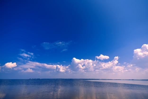 Céu azul claro com nuvens brancas sobre a água no dia de verão