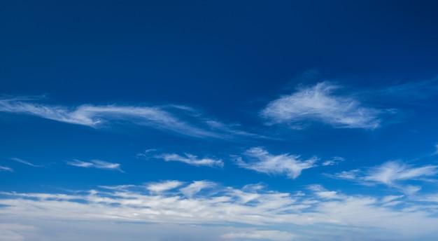 Céu azul claro com nuvens