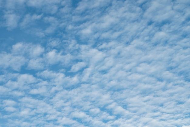 Céu azul claro natural com algumas nuvens para o conceito de liberdade de plano de fundo ou pano de fundo