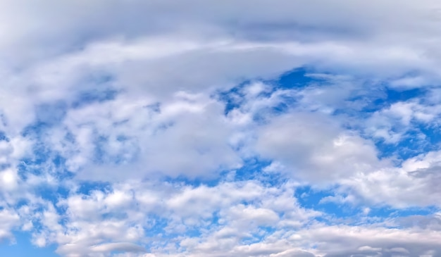 Céu azul coberto de nuvens brancas