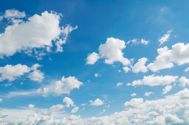 Céu azul com céu nublado