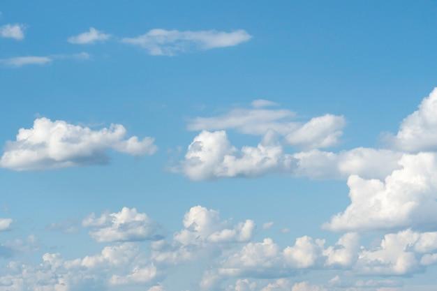 Céu azul com close-up de nuvens brancas. textura, modelo
