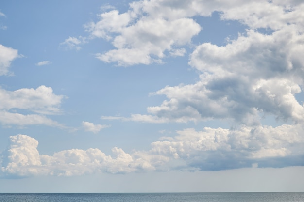 Céu azul com cloudover o mar, bom tempo